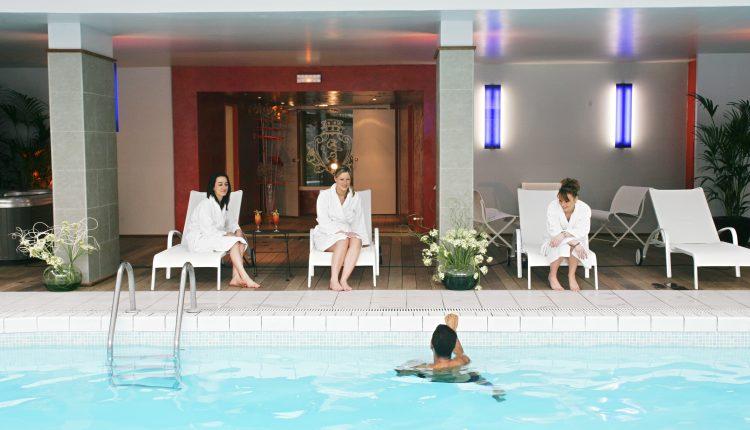 chateaudemontvillargenne-piscine-misskonfidentielle